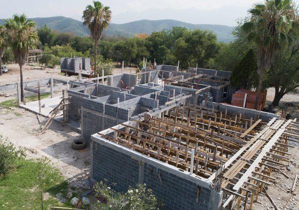 Construcción de casa en el barrial